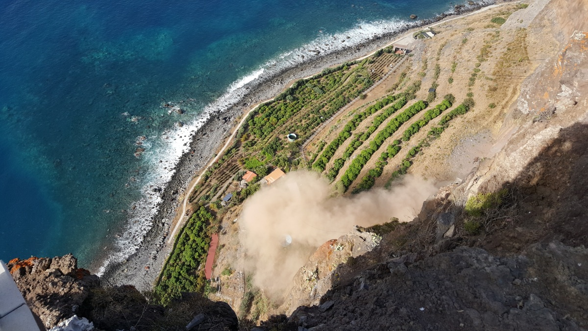 Nova derrocada na Fajã do Cabo Girão levanta nuvem de poeira