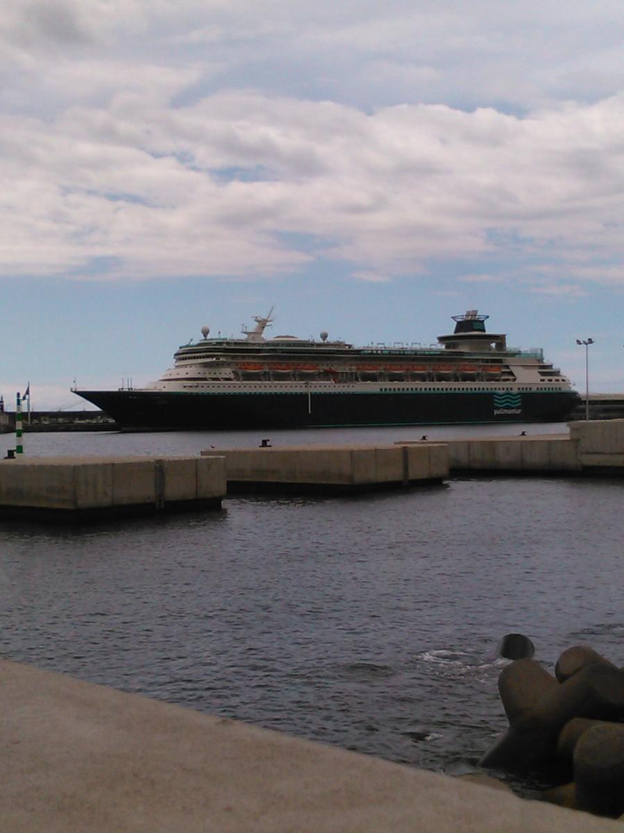 Cruzeiro temático gay hoje no porto do Funchal