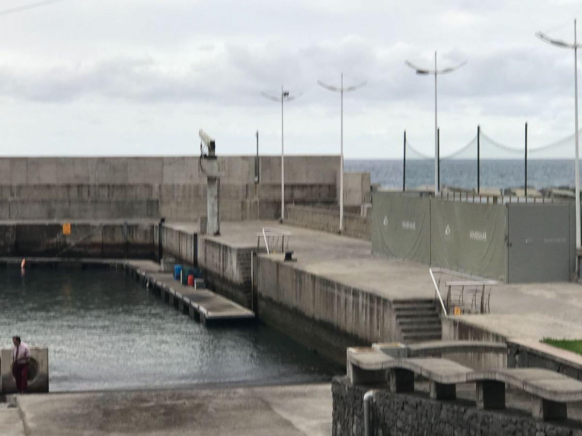Tecnovia deixa instalar dois contentores no Porto de Recreio da Calheta que estão a manchar a paisagem