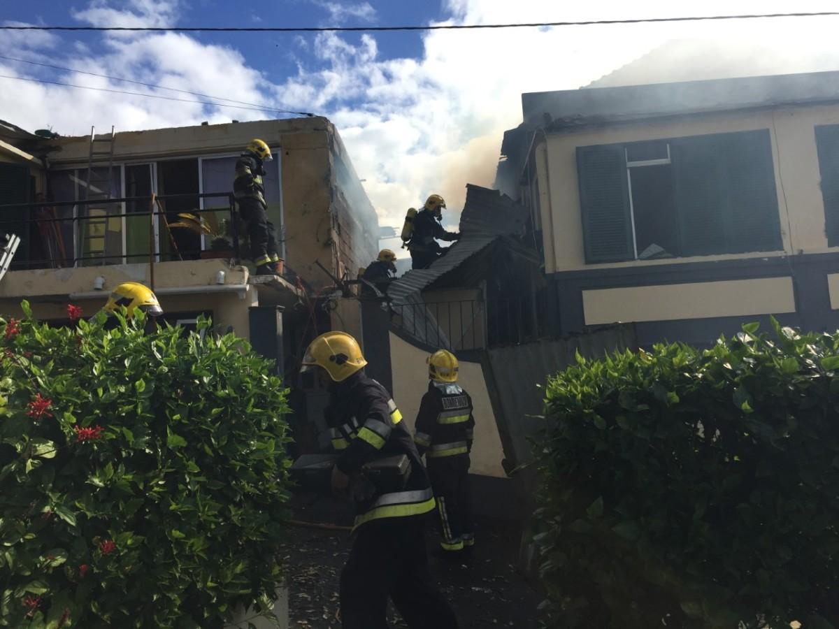 Bombeiros resgatam cadáver de habitação consumida pelo fogo perto do miradouro Vila Guida (Veja fotos e vídeos)