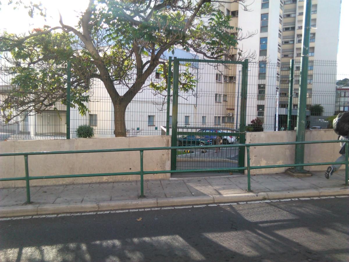 Hospital fecha entrada lateral a cadeado e obriga utentes e funcionários a percurso maior