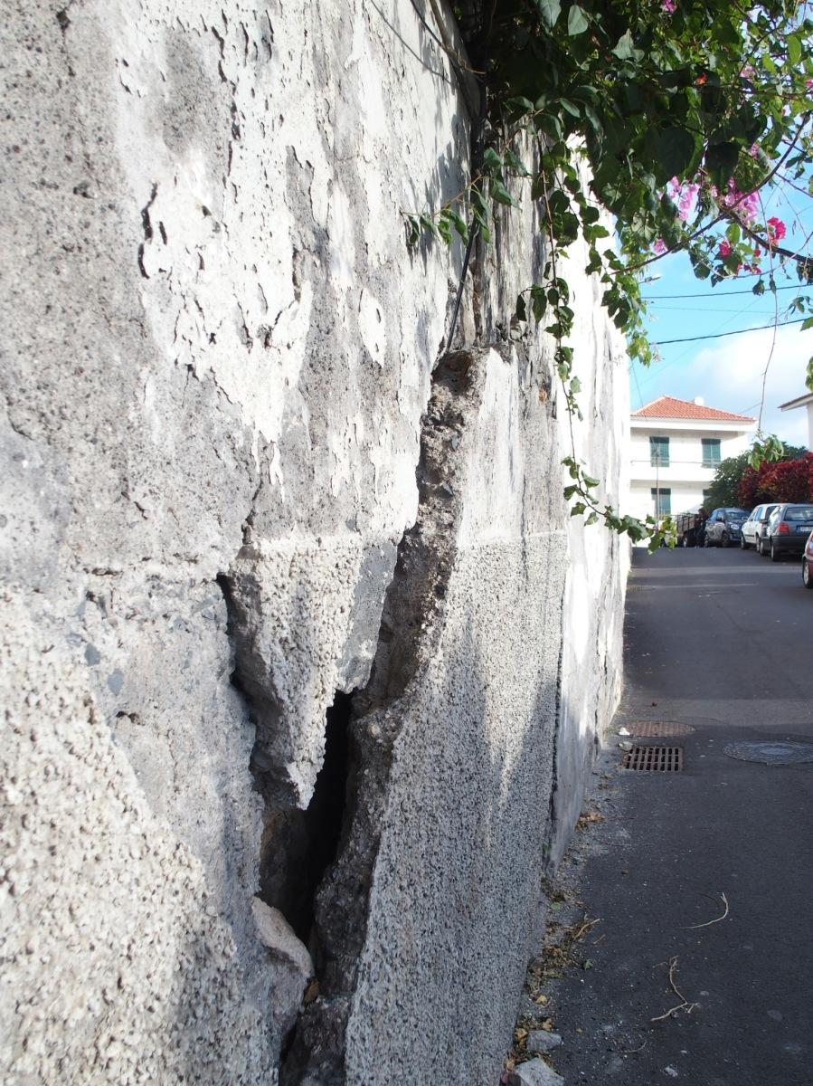 Muro ameaça ruir sobre automóveis ou transeuntes na Travessa do Descanso