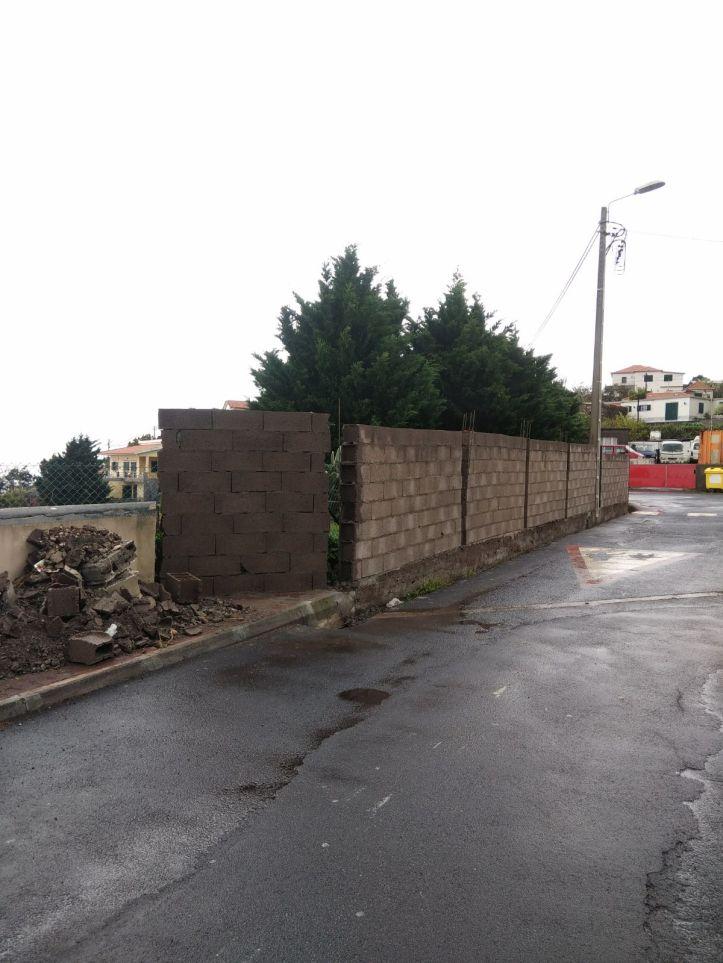 Muro em escola Caniço