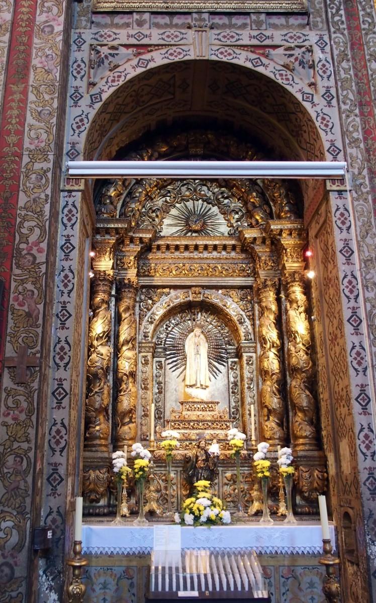 """Igreja do Colégio coloca écran na capela de Nossa Senhora da Luz; historiador lamenta """"mau gosto"""" e falta de sensibilidade"""