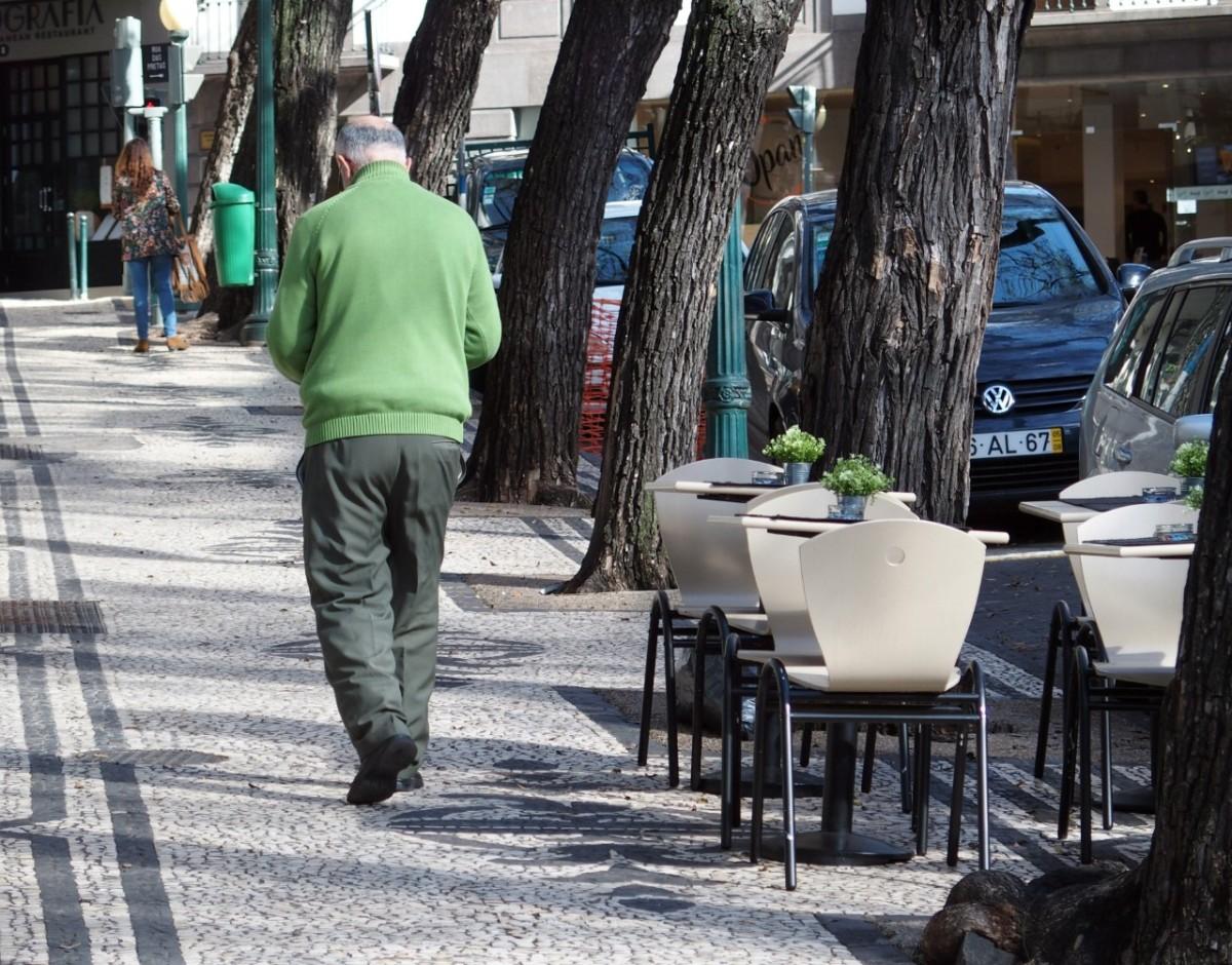 """Esplanada da """"Mimo"""" entre as árvores da Avenida Zarco"""