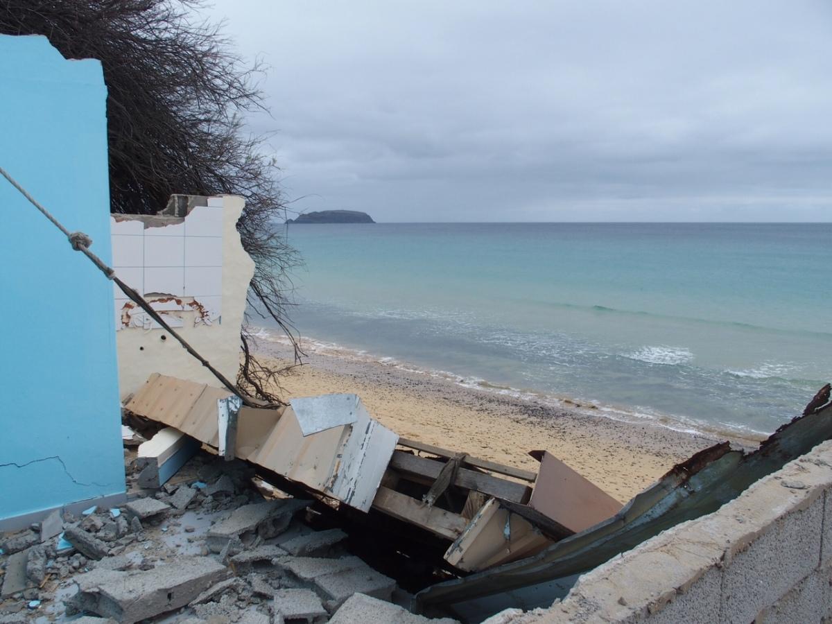 A 15 dias da Páscoa, praia do Porto Santo com calhau a mais e sem máquinas no terreno para proteger cartaz turístico