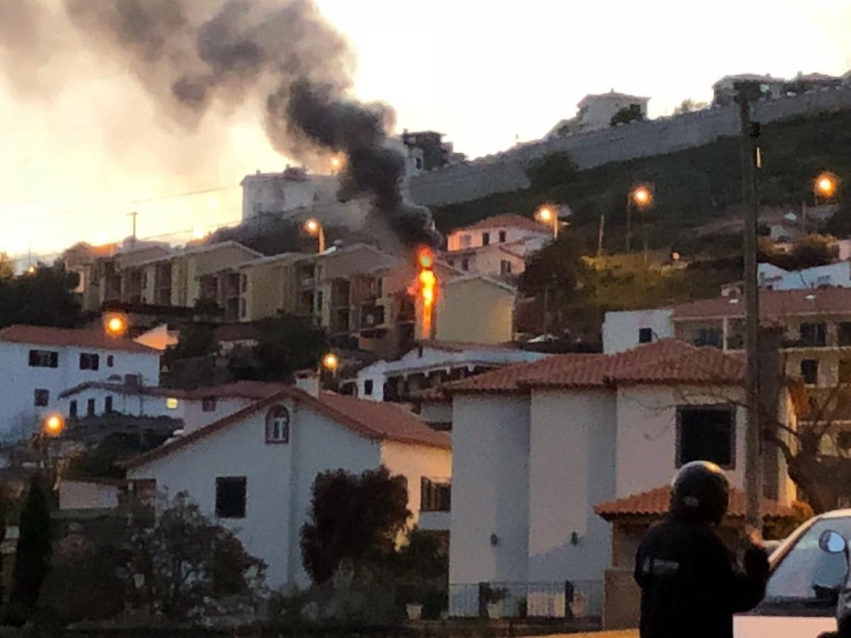 Apartamento em chamas no Caniço