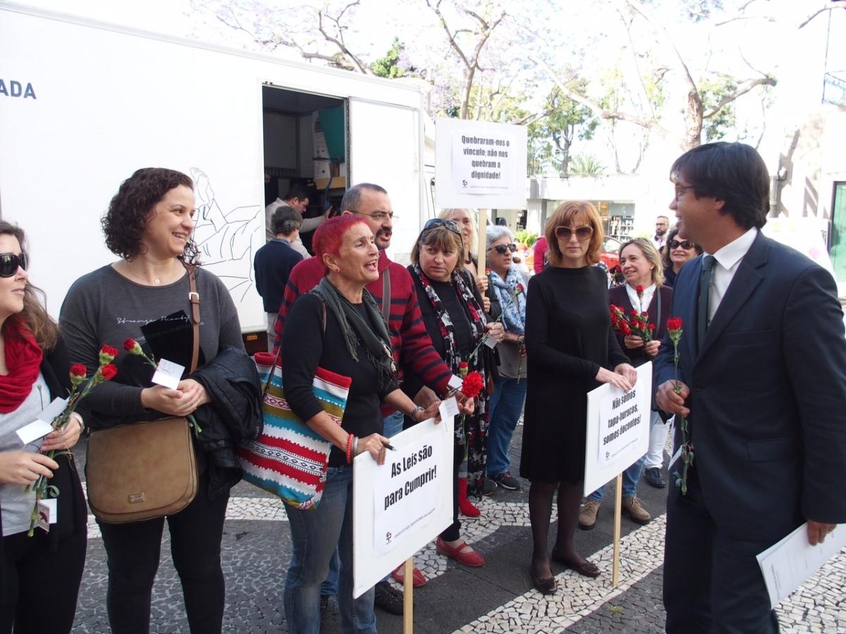 25 abril: Professores contratados e desempregados protestam à porta da Assembleia