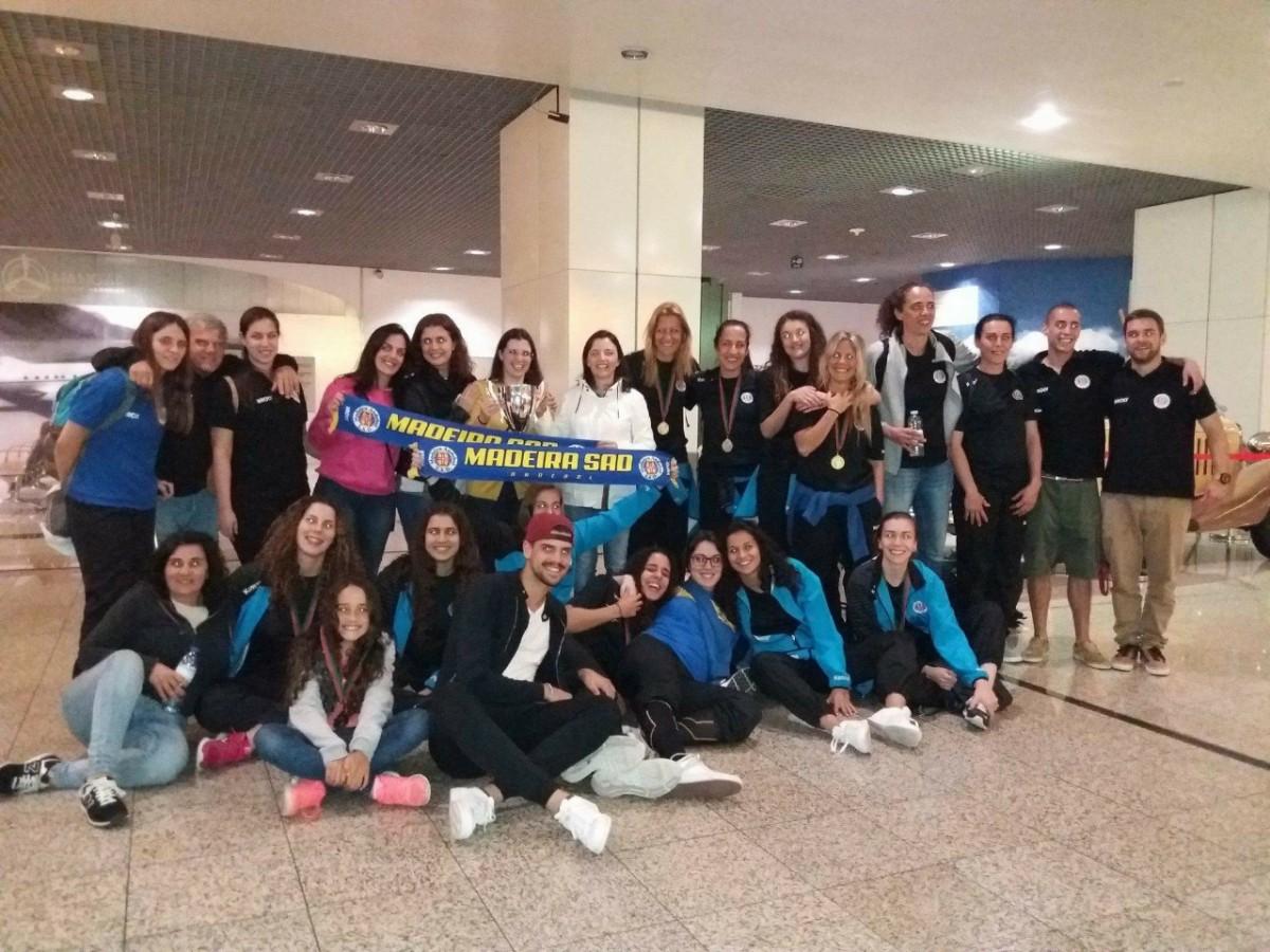 Receção calorosa no Aeroporto às campeãs de andebol vencedoras da Taça de Portugal